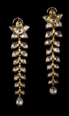 Lot : Pair of Indian Earrings - Set with rose cut diamonds mounted on 18K... | Dans la vente Tableaux, Sculptures et Objets d'Art Russes, Bijoux et Montres à MC Fine Arts