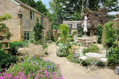 The garden is beautiful all year round english country style Country Cottage Garden, Tuscan Garden, Farmhouse Garden, French Cottage, Cottage Gardens, Outdoor Seating Areas, Garden Seating, Back Garden Landscaping, Landscaping Ideas