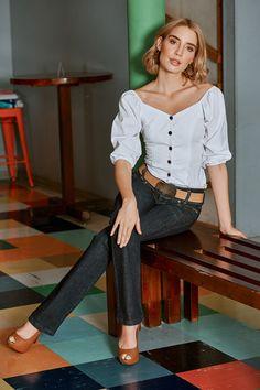 """Blusa ajustada con manga globo y botones de madera. Llévala con unos jeans flare y agrega plataformas de yute para crear un """"organic look"""" Jeans, Long Sleeve, Sleeves, Tops, Women, Fashion, Trends 2018, Jute, Wedges"""