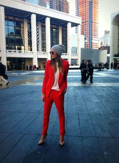 Red Suit w Beanie - Street Style Net Fashion, Fashion Week, Love Fashion, Fashion Trends, Fashion Art, Street Style, Street Chic, Red Pantsuit, Costume Rouge