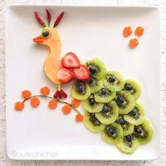 Ideas fruit design for kids snacks L'art Du Fruit, Deco Fruit, Fruit Art, Fun Fruit, Fruit Plate, Cute Snacks, Fruit Snacks, Cute Food, Good Food