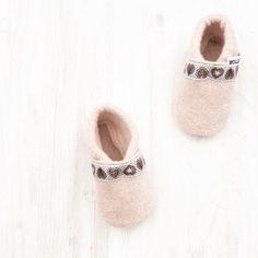 O'zapft ist!  #vielspaß .  Das passende Schuhwerk für die ganz Kleinen jetzt im Onlineshop erhältlich.
