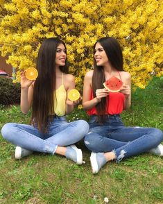 Left or Right . ✨ Tag your BFF ✨ Comment 'Yellow' in your language Twin Outfits, Cute Outfits, Twin Pictures, Tumbrl Girls, Best Friend Outfits, Matching Outfits Best Friend, Cute Twins, Fit Girl, Cute Friends