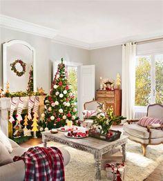 Salón decorado de Navidad con árbol y detalles en verde, blanco y rojo