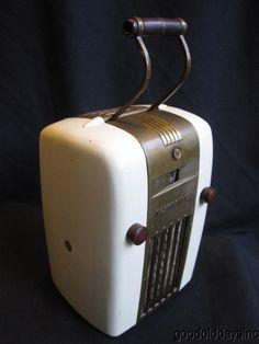 Bakelite radio - my grandfather had one in his bedroom. Poste Radio Vintage, Art Nouveau, Housing Works, Old Time Radio, Retro Radios, Retro Vintage, Vintage Stuff, Old Tv, Art Deco Design