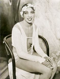 Josephine Baker, probably taken in 1928 at the Johann Strauss Theatre in Vienna. Photo by Atelier Willinger. Josephine Baker, Belle Epoque, Vintage Black Glamour, Vintage Beauty, Divas, Flappers, African American History, American Women, Shows