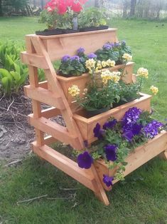 Strawberry Planters Diy, Flower Planters, Diy Planters, Flower Pots, Flowers, Wood Pallet Planters, Wood Planter Box, Tiered Planter, Tiered Garden