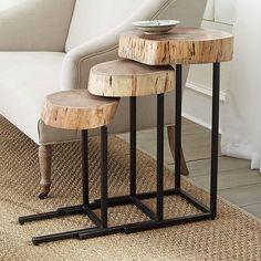 Trío de mesas auxiliares de madera y metal.