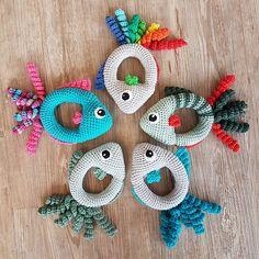Kijk wat ik gevonden heb op Freubelweb.nl: een gratis haakpatroon van Anne Bank Nielsen om deze leuke rammelaars in de vorm van visjes te maken  https://www.freubelweb.nl/freubel-zelf/gratis-haakpatroon-rammelaar-vis/
