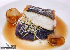 La Corvina con patata violeta y caldo de chalota tostada es un plato principal delicioso con el que deleitarás a tus comensales en cualquier comida festiva que tengas que realizar. Hoy os hablábamos de este pescado blanco, la corvina es merecedora de lo que se aprecia en gastronomía, es baja en grasas, muy sabrosa y con una textura que la hace especial.La combinación de la corvina con la patata violeta y el caldo de chalota tostada es perfecta, y su elaboración es sencilla, como veréis, en… Tostadas, Tapas, Green Cafe, Fish And Meat, Cod Fish, How To Cook Fish, Comida Latina, Weird Food, Great Recipes