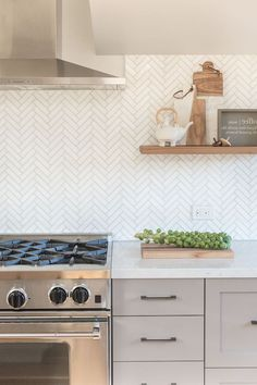 herringbone backsplash in white, with cream-colored joints, near a metal extractor hood, placed over a stove, creamy grey cabinets backsplash + Ideas for Stylish Subway Tile Kitchen Backsplash Designs White Kitchen Backsplash, Grey Kitchen Cabinets, Kitchen Cabinet Design, Kitchen Decor, Backsplash Ideas, Backsplash Design, Cream Kitchen Tiles, Stove Backsplash, Navy Kitchen