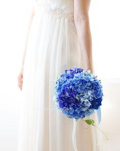 . . 3月もたくさんの花嫁さまに、作品をお届けしました。 あと3日、まだまだ発送が続きます。 . ということで、今月は完成品ブーケが全く作れません(>_<) . 4月になったら.5月の花嫁さまに持ってもらいたい、初夏のブーケをたくさん作りたいと思います! . そんな思いで集めたお花 綺麗な水色のデルフィニューム 動きの可愛いスカビオサ 長いラインの宿根スイトピー 花嫁さまが持つとフワンフワン揺れる そんなブーケ絶対作りたい(๑˃̵ᴗ˂̵) 、 あじさいとリキュウソウのナチュラルクラッチブーケです。 小さめですが、可愛さ抜群⭐️ 、 . . #weddingbouquet #wedding #bouquet #ウェディングブーケ #ウエディングブーケ #紫陽花ブーケ #クラッチブーケ #6月のブーケ #2018夏婚 #5月のブーケ #前撮りブーケ
