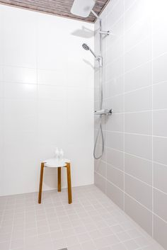 Kastelli Kaarna. Pesuhuoneen seinät Pukkila valkoinen himmeä 197x397 mm ja Kaste savenharmaa 197x397 mm, lattiassa Huurre savenharmaa 97x97 mm. #pukkilalaatat #pukkila Bathroom Inspo, Bathroom Ideas, Kaste, Home Projects, Bathtub, New Homes, Interior, Standing Bath, Bathtubs