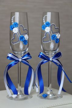 66 Amazing Wedding Glass Decorations For Your Table Wedding Wine Glasses, Diy Wine Glasses, Glitter Glasses, Decorated Wine Glasses, Wedding Champagne Flutes, Painted Wine Glasses, Champagne Glasses, Wine Glass Crafts, Wine Bottle Crafts