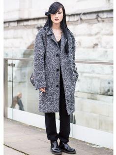 Superstyling: Dieses Model zeigt uns eine legere schwarze Hose, die sie mit einem kuscheligen Mantel und derben Boots kombiniert. Und beweist mal wieder: Eyeliner ist immer ein Hingucker-Make-up.window.vn