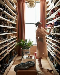 Vogue Living Netherlands October 2019 Issue featuring Jenna Lyons in her NYC flat / photographed by Coliena Rentmeester Walk In Wardrobe, Walk In Closet, Shoe Closet, Rich Girl Bedroom, Dreams Tulum Resort, Master Closet Design, Jenna Lyons, Celebrity Closets, Home Interior Design