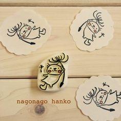 つまらないものですが。消しゴムはんこ Frogs, Simple Designs, Hand Carved, Christmas Crafts, Doodles, Carving, Place Card Holders, Branding, Stamp