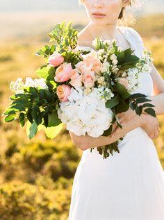 Brautstrauß in apricot und creme. Verspielt und natürlich. -- Fotos: Dorelies Hofer, Hochzeitsfotografin, Wien -- Blumen: Brancoprata, Porto