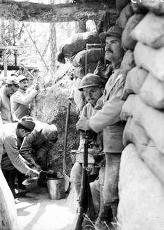 Cantonnements, canonnières de la marine et postes de secours sur le front de Champagne dans le secteur de la 4e armée. – ECPAD - L'heure du repas
