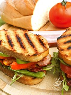Il Panino con bacon, insalata e pomodoro è una idea originale per una pausa pranzo o un lunch box gustosissimo e fuori dalle righe!