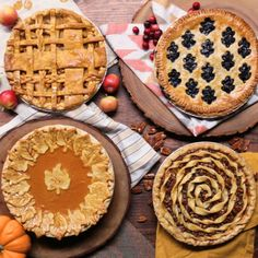 Decorative Pies Tis the season to dress up your holiday pies with creative lattices.Tis the season to dress up your holiday pies with creative lattices. Holiday Pies, Holiday Desserts, Just Desserts, Holiday Recipes, Delicious Desserts, Dessert Recipes, Yummy Food, Pie Decoration, Decoration Patisserie