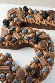 Talk cake with blueberries and chocolate - natural - .-Sprechen Sie Kuchen mit Blaubeeren und Schokolade – Natur – Mode – Reise Leidenschaft – Handwerk Talk Cake with Blueberries and Chocolate – - Bolo Original, Appetizer Recipes, Dessert Recipes, Cupcake Recipes, Potluck Recipes, Easy Cake Recipes, Beaux Desserts, Beautiful Birthday Cakes, Number Cakes