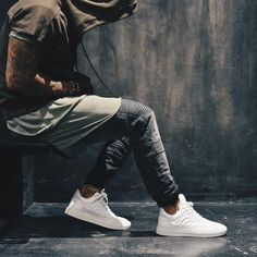 Classic white sneakers are a great way to compliment an already overly aesthetic outfit. Streetwear Shop, Streetwear Fashion, Photo Basket, Street Outfit, Street Wear, Men Street, Monochrom, Urban Fashion, Womens Fashion