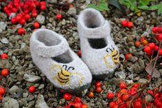 Warm und weich gefilzt Schuhe für kleine Füsse. Die Schuhe ist handgestrickte und gefilzt. Die Wolle, aus die Scuhe gestrickt ist, ist nicht gesponnen und deswegen herrlich weich und...