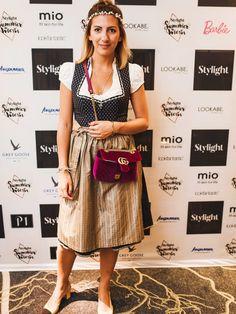 Ailyn von Ailyn König stylt eine weinrote Samt-Gucci-Tasche zum sonst eher…