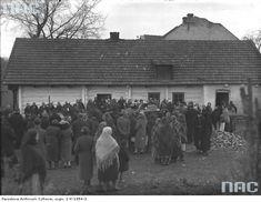 17 listopada 1934. Pogrzeb Błażeja Czepca w Bronowicach Wielkich - wyniesienie trumny z domu zmarłego.