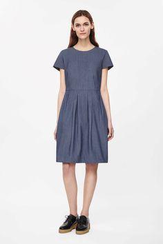 http://www.cosstores.com/de/Women/Dresses/Dress_with_pleated_waist/46881-25751942.1