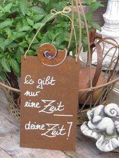 """Edelrost Schild mit Schnecke """"Deine Zeit"""" Wunderschönes Edelrost Schild mit einer Schnecke als Dekoration für Haus und Garten. Auch als Geschenk für gute Freunde und Bekannte eine tolle Idee. Das Schild ist zum Hängen und wird inkl. Bastband geliefert. Das Edelrost Schild ist mit folgendem Spruch versehen: """"Es gibt nur eine Zeit, Deine Zeit"""" Größe: Höhe: 32 cm Breite: 15 cm Preis: 13,- €"""