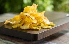 Chips de legumes: receita leva dois tipos de batata e pode ter mandioquinha