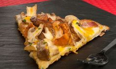 Pizza casera de setas, huevo y foie. Receta de Bruno Oteiza de pizza casera de setas de primavera, bacon, foie, crema de ajo y salsa de yemas de huevo, un plato perfecto para compartir con los amigos o la familia. #pizza #foie #setas