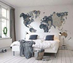 Die Welt im Blick: Gemütliches, helles Schlafzimmer in grau und blau mit aufgemalter Weltkarte #Schlafzimmer #Weltkarte #hell #blau #grau #weiß