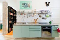 Uma cozinha para chamar de minha. Um projeto que tem a cara do dono, com cores pastéis e toques retrôs.