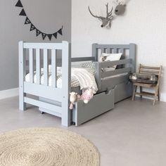 Gaaf kinderbedje en veilig gemaakt van grenen mooie kleur grijs gezien bij kinderbed.biz
