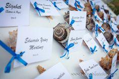 Asigna tu mesas con caracoles. agiliza este momento y se ve super lindo, ideal para tu boda en playa por Bodas Huatulco