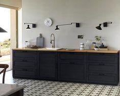 Chic et simplisme la cuisine noire avec des murs blancs. Les meubles de cuisine noirs ont un effet graphiqueet chaleureux. On aime le noir. modèle am pm.
