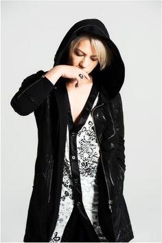 黒いロングコートにモノトーンのカーディガンを着ているL'Arc〜en〜Ciel・hydeの画像