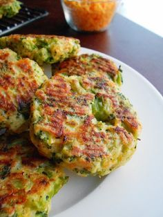 Baked Cheese & Broccoli Patties INGREDIENTS: v 2 teaspoons stemlike oil v 2 cloves seasoning - minced v onion - chopped. Vegetable Dishes, Vegetable Recipes, Broccoli Patties, Cheese Patties, Baked Cheese, Cheddar Cheese, Cooking Recipes, Healthy Recipes, Clean Recipes