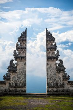 Balinese temple gate in Indonesia - 9GAG