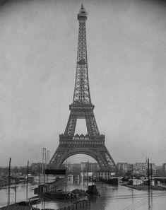 Torre Eiffel. BHVP, G. Leyris Quedaban menos de diez minutos para las once de la mañana del día 21 de Enero de 1910 cuando la mayor parte de los relojes públicos de París se detuvieron simultáneamente, con exactitud militar. El Sena había inundado la central eléctrica que suministraba la energía a los relojes y los parisinos comenzaron a darse cuenta que la crecida del Sena pasaba de ser un inofensivo espectáculo a una grave amenaza para la ciudad mas civilizada de Europa.