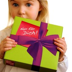 Dieses Geschenkset hat alles was das Baby braucht. Dieses Taufgeschenk ist liebevoll zusammen gestellt und jeweils mit dem Namen des Kindes versehen.
