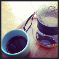 Sep. 2013.  言わずとしれたミントプラザのブルーボトル。スマトラをネル・ドリップで頂く。たっかいけどね、ネル・ドリップ。珍しくて、ついつい…。見せ方はご覧の通り、目茶苦茶上手い。取っ手のない湯飲みのような器!(それもこの水色の!) #coffee #us #sanfrancisco #neldrip
