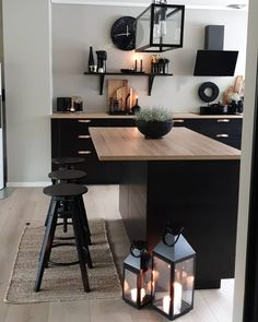 En varm gråbeige tone. Fargen er akkurat passe myk og lun på veggen. Fargen kan minne litt om Kalk, men den er noe mindre rødlig. Best Online Furniture Stores, Affordable Furniture, Black Interior Design, Aesthetic Value, Cozy Nook, Home Repairs, Home Furniture, Furniture Shopping, Elle Decor