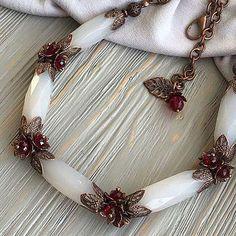 handmade wire jewelry #BeadedJewelry Beaded Jewelry Designs, Rhinestone Jewelry, Necklace Designs, Jewelry Trends, Custom Jewelry, Jewelry Accessories, Vintage Jewelry, Jewelry Necklaces, Beaded Necklace