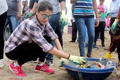 bollywoodmirchitadka: Anushka Sharma Cleans Versova Beach to Spread Clea...