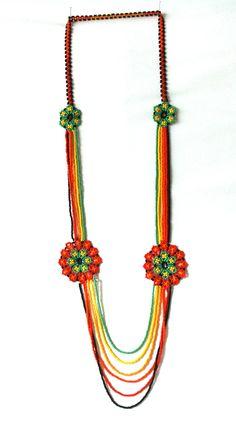 collar de piedras chaquiras realizado por la tribu Embera de Colombia... Tribal Necklace, Diy Necklace, Flower Necklace, Collar Tribal, Collar Hippie, Beaded Earrings Native, Mexican Designs, Peyote Patterns, Seed Beads