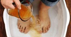 Ancient Chinese medicine has been using foot detox methods to clean the body of toxins for centuries. According to the Chinese reflexology system, the feet have natural energy zones linked to every single organ. Health Remedies, Home Remedies, Natural Remedies, Toenail Fungus Remedies, Foot Detox, Cleanse Your Body, Foot Soak, Natural Energy, Loosing Weight